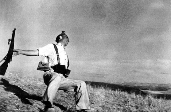 西班牙内战经典照片,Robert Capa(罗伯特・卡帕)拍摄。