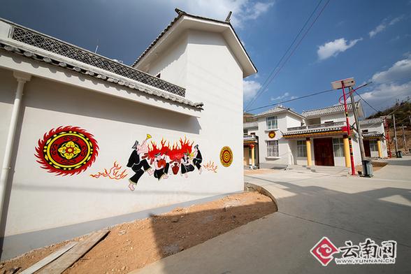 点的民居风格结合了浓郁的彝族特色,墙上绘传统的吉祥图案和牛头图腾