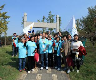 路走南京站形象大使、南京电视台著名主持人吴晓平和他的粉丝团队