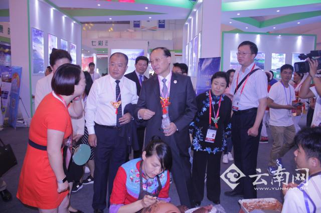全国政协常委、中国旅游协会会长、国家旅游局原局长邵琪伟中在旅游馆巡馆
