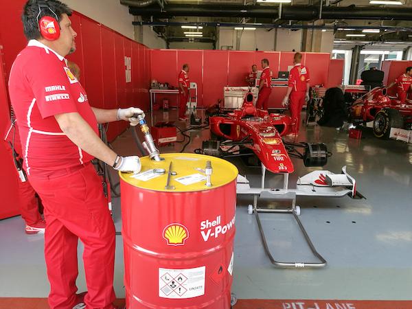 上海赛车场赛车工作间,目前法拉利赛车使用的是壳牌V-power比赛燃油和比赛润滑油。