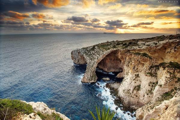 马耳他的蓝窗是剧中龙母与卓戈卡奥的大婚之地,不过在现实中,蓝窗终究敌不过风浪侵蚀,已经消失了。