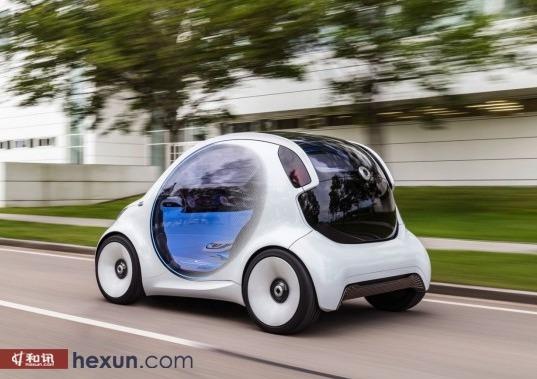 相对于外观来说,新车的重点更应该属于内饰部分。Smart EQ可完全实现自动驾驶,并没有配备方向盘以及换挡杆等传统汽车机械部件。而是仅设计了一款由仪表盘和中控屏合二为一的宽大液晶显示屏。这块数字屏幕内嵌自动驾驶系统,并且可显示天气、时间以及与外界互联的功能。