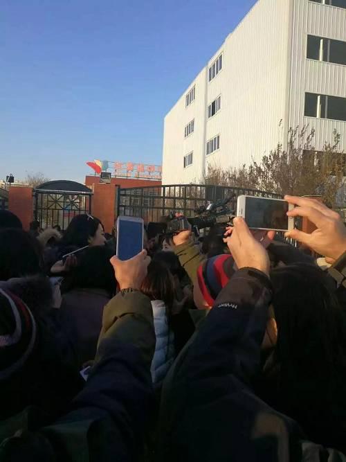 记者在现场采访 图片来源|杜昌华