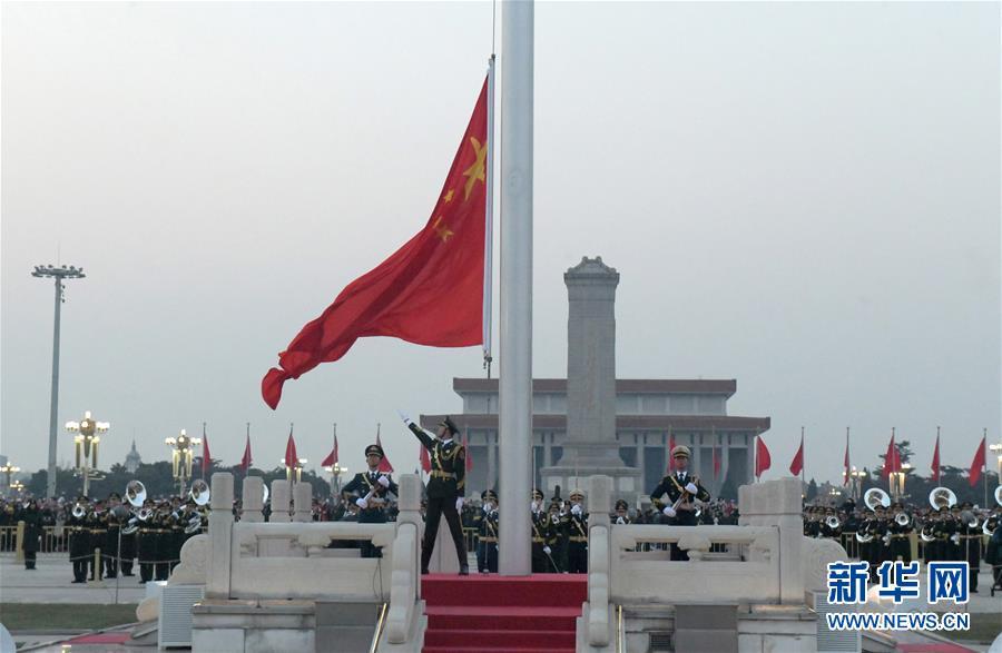 1月1日晨,北京天安门广场举走隆重的升国旗仪式。 新华社发(唐召明)