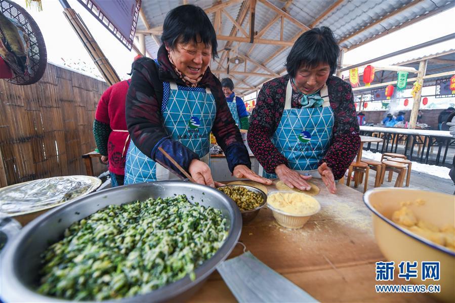 """12月31日,乡下大厨在制作特色美食""""玉米饼""""。 新华社记者徐昱摄"""