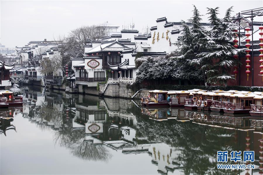 这是12月31日在江苏省南京市夫子庙景区拍摄的雪景。近日,吾国众地迎来降雪,雪后的中国古典修建别有韵味。新华社发(王新)