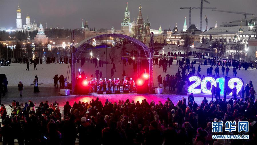 1月1日,在俄罗斯始都莫斯科,人们参添迎新年运动。 新华社记者白雪骐摄