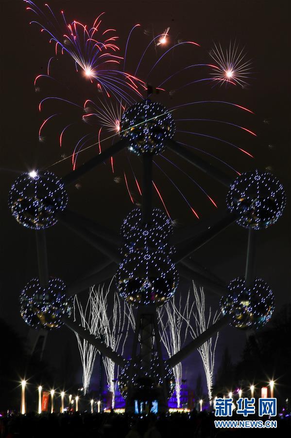 1月1日,比利时始都布鲁塞尔的地标性修建——原子球塔附近烟花绽放。 新华社记者郑焕松摄