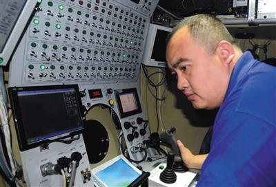 """叶聪在7000米海底。2012年6月24日,""""蛟龙号""""在马里亚纳海域第四次下潜试验,成功突破7000米深度。原料图片/视觉中国"""