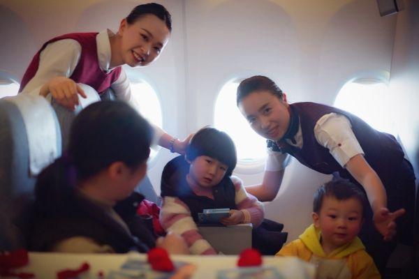 图:员工在精心安放的两舱休休室为旅客服务 摄影:李沁