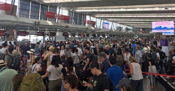 图:悉尼机场乘客列队期待值机 图片来源:Nine News Sydney