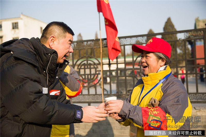 1月2日,北京市东城区天坛街道商会2019年送温暖活行启行。图为活行现场。千龙网记者 欧阳晓娟摄