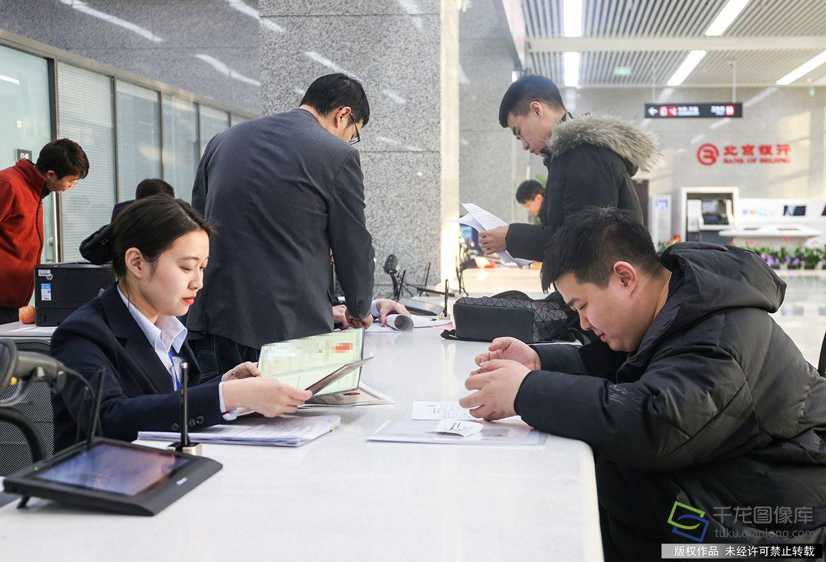 1月2日,北京市政务服务中间开通综相符窗口。图为金老师(右一)在综相符窗口做事(图片来源:tuku.qianlong.com)。千龙网记者 耿子叶摄