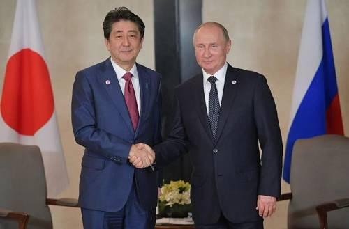 原料图片:当地时间2018年11月14日,新添坡,俄罗斯总统普京与日本始相安倍晋三举走会晤。(视觉中国)