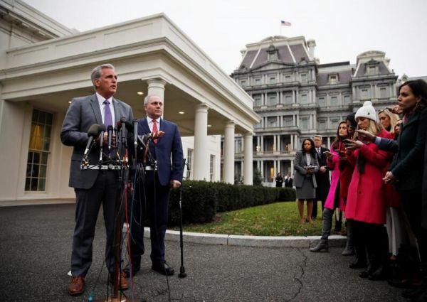 2019年1月2日,美国国会众议院多数党领袖麦卡锡和党鞭斯卡利斯在白宫与总统特朗普见面讨论边境安全问题后会见记者。REUTERS/Carlos Barria