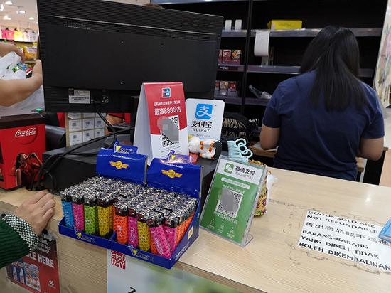 尽管支付宝和微信在马来西亚已经不算陌生,但它们更多的出现在目标群体为华人游客的店铺。也就是说,他们抢占的在线支付场景,面对的还只是鱼贯而来的中国游客,对于本地人来说,使用支付宝和微信支付并没有成为一种习惯。