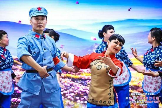房山区迎风六里社区选送的开场舞蹈《花开中国》大气磅礴,绿色的裙摆翩翩而起,优美的舞姿组成一朵朵绝美的牡丹,他们不仅舞出了对中华民族伟大复兴中国梦的热切期盼,也展现了广大人民群众对新时代幸福美好生活的真挚情感。