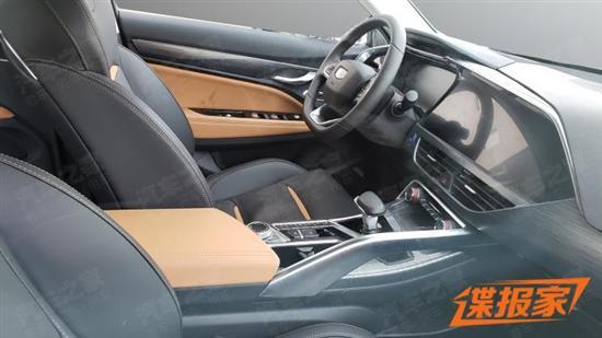 外观方面,吉利FY11采用了跨界车型的设计风格,前脸进气格栅采用最新的涟漪式设计,整在粗犷镀铬条的映衬下,整体视觉非常霸气且有力量感。车身侧面,车型设计采用了类似于Coupe溜背式造型,视觉上看起来非常运动。同时,溜背式的车身造型也使得尾部看起来更加宽大,非常敦实。此外,双边共出的排气也预示着它可能非常雄壮。