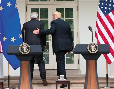 去年7月25日,美国华盛顿,美国总统特朗普和欧盟委员会主席容克宣布,美国和欧盟就缓和当前紧张的贸易关系达成协议。 图/视觉中国