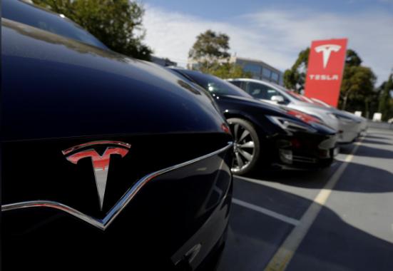 盖世汽车讯 当地时间1月23日,特斯拉表示,将削减价格更高的Model S和Model X车型的生产时间,以生产更多价格更低的Model S轿车。此前几天,特斯拉刚刚宣布裁员消息。