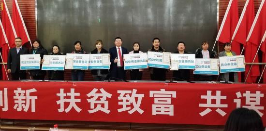 优蓝控股招聘事业群副总裁周厚强(左)与贵阳市修文县就业局副局长张向阳(右)签署战略合作协议