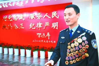 北京市交管局西城支队府右街交通大队大队长孟昆玉回忆起与总书记握手的时刻,激动不已。本报记者 邓伟摄