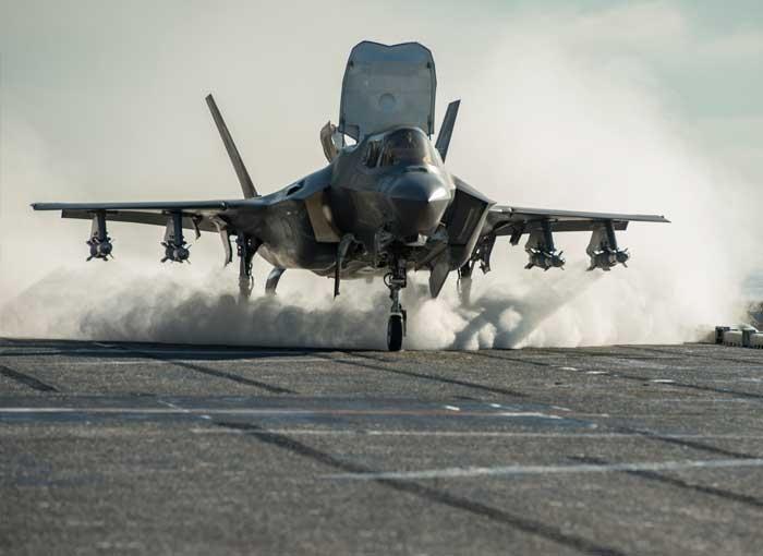 F-35A隐身战机高速爬升刹时。