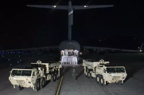"""资料图片:2017年3月6日晚,""""萨德""""系统部分装备运抵首尔以南约70公里处的美军驻韩国乌山空军基地。(新华社发)"""