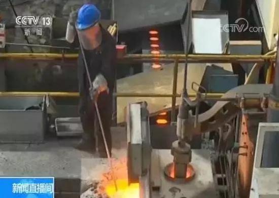 与贵州相比,山西的煤炭、钢铁等传统工业的比主要大。晋中的一个钢铁铸造企业的生产负责人说,他们2018年搬到新厂区后,用先辈的电锅炉取代了煤锅炉。
