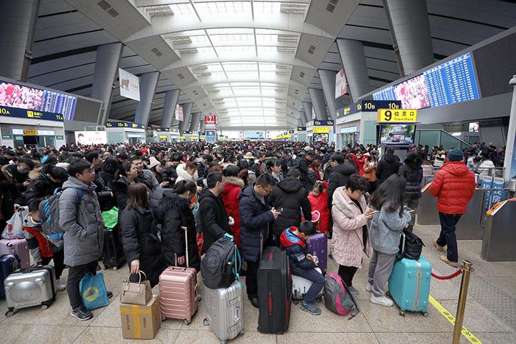北京南站,候车大厅内筹备离京的搭客期待检票。