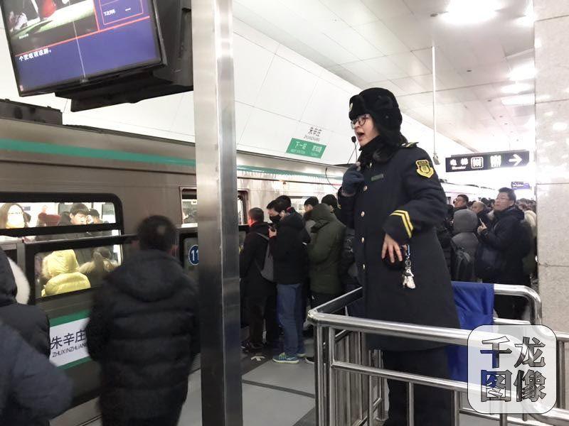 图为北京地铁朱辛庄站。千龙网发 千龙网北京2月14日讯(记者 查甜甜)为配合京张高铁清河站施工,按照13号线拨线工程施工进度安排,于2月10日(正月初六)至2月16日(正月十二),13号线西直门站至回龙观站(以下简称西段)停止运营。13号线西段停运对13号线、8号线、昌平线、10号线、2号线以及邻近的15号线造成不同程度的影响,客流增压明显。为此,地铁昌平线、8号线缩短发车间隔方便乘客出行。 2月14日,据北京地铁公司统计,13号线西段停运后,2月11日(正月初七)13号线日客运量20万人次,同比降低5