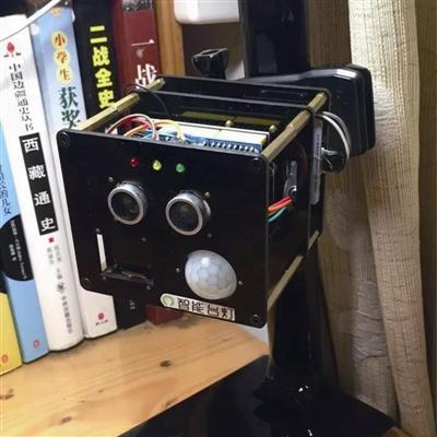 """实验学校的六年级学生郑元昊鼓捣出了一个""""黑科技""""——智能台灯盒子."""