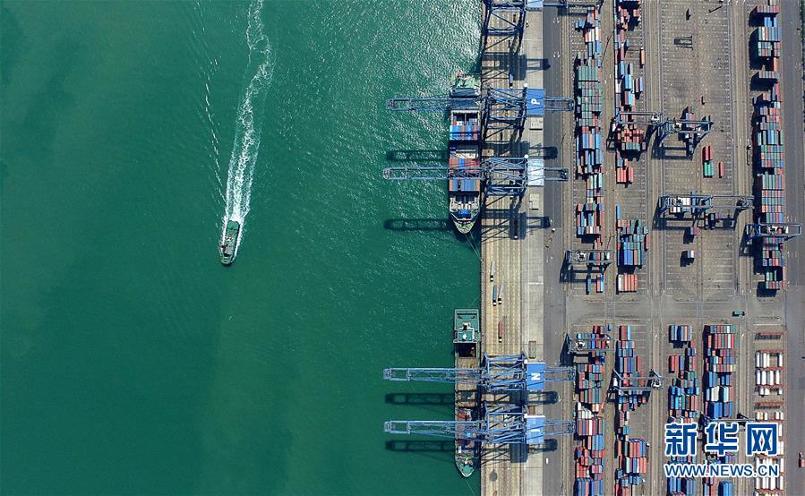 货轮停靠在天津港北疆港区(2017年4月21日无人机拍摄)。新华社记者 岳月伟