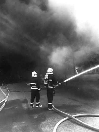 余杭一植绒厂房仓库发生火灾