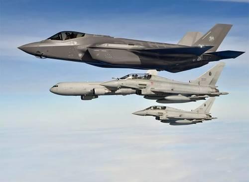 """意大利空军F-35隐身战机与""""台风""""战机编队飞行。"""