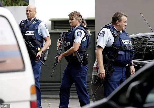 惨烈!枪手边屠杀边直播,至少27人死300伤,妇女儿童也不放过!