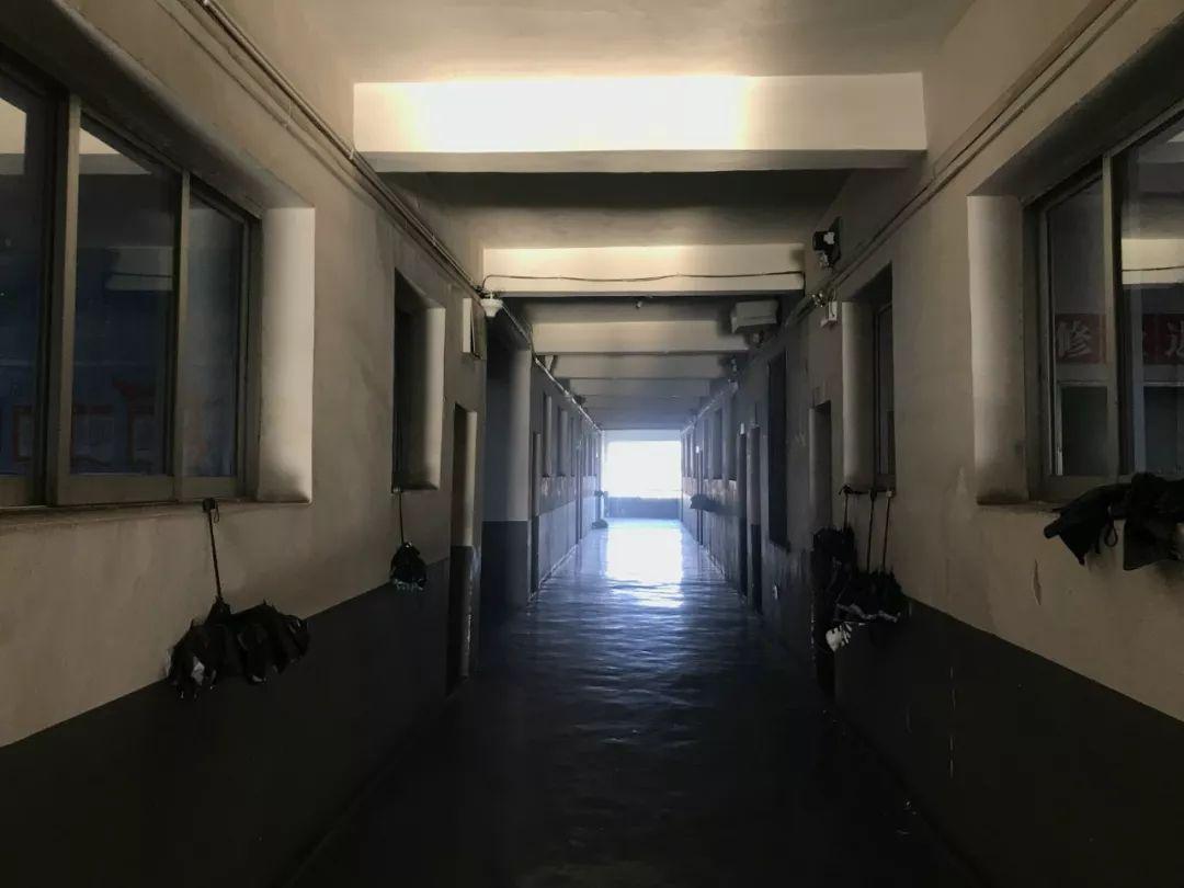 3月29日,杨博淇班级地点的走廊。新京报记者邹帅 摄