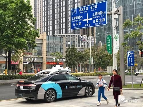 但目前在国内,PonyAI已经在广州南沙展开了试运营,当地居民可以通过小程序点对点乘坐无人车。