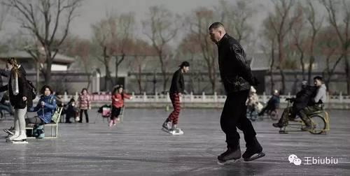 冯小刚饰演的六爷,被视为传统老北京的代外现象