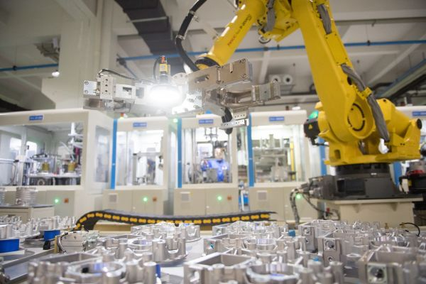 资料图:在浙江省绍兴市上虞区,智能机器人在卧龙电气新能源汽车装配车间工作。