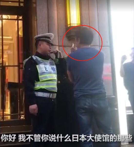 """""""不要给吾嘲乐怒骂的,再给你说一遍,这不是日本,""""警察接着说道,""""向中国法律道歉。向中国法律道歉!再给你说一遍,这边不是100年前!""""围不益看群多也答声喝到:""""快点道歉!"""""""