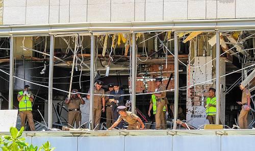 2019年4月21日,斯里兰卡科伦坡香格里拉酒店发生爆炸后,安全部队对现场进行检查。图/视觉中国