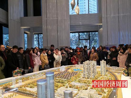 长沙市岳麓区卓越中寰项目卖到了将近1.4万元/平方米�!吨泄�经济周刊》记者 李永华/摄