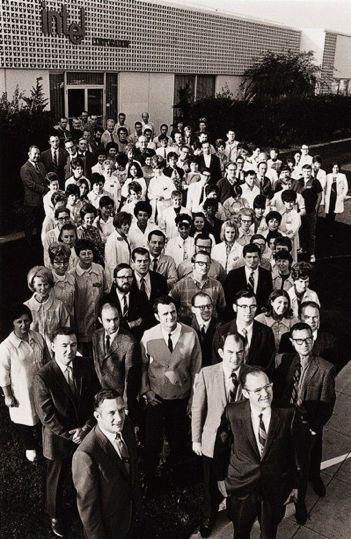 英特尔前100位员工在美国加州山景城公司总部的合影,摄于1969年