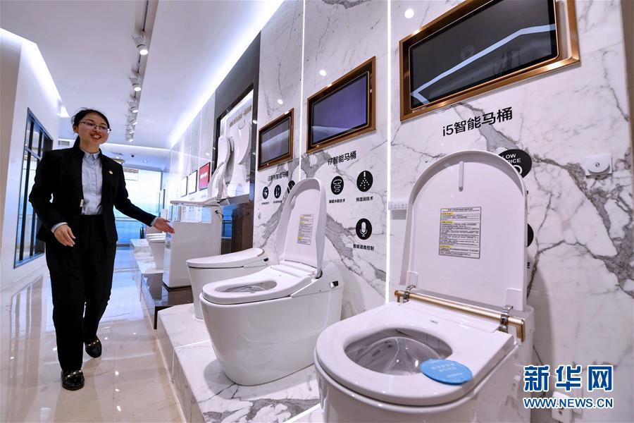 位于福建泉州的九牧厨卫股份有限公司工作人员在介绍该公司生产的智能马桶(2月27日摄)。 新华社记者 林善传