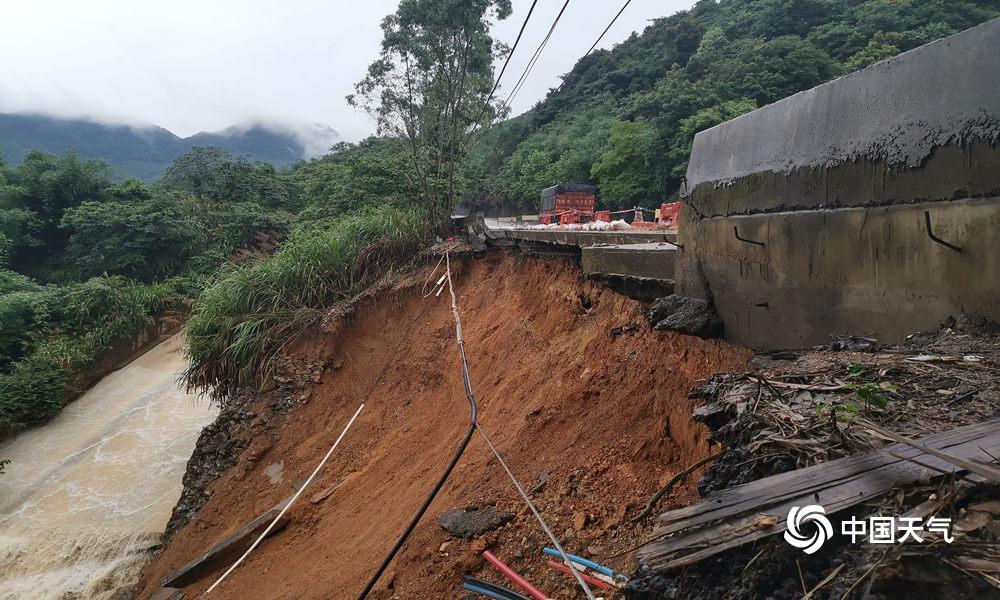 狂风暴雨来袭 广东曲江道路塌方大树被吹倒