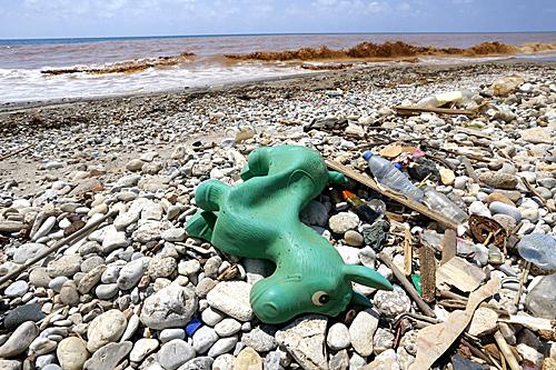 在黎巴嫩贝鲁特海滨拍摄的塑料废弃物(新华社)