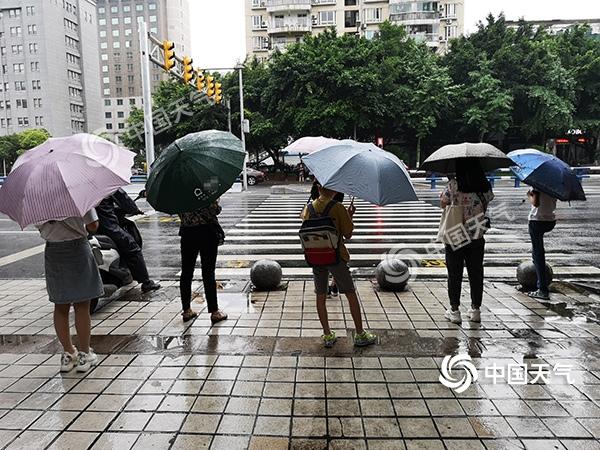 大到暴雨袭击重庆大部 多条高速公路临时封闭