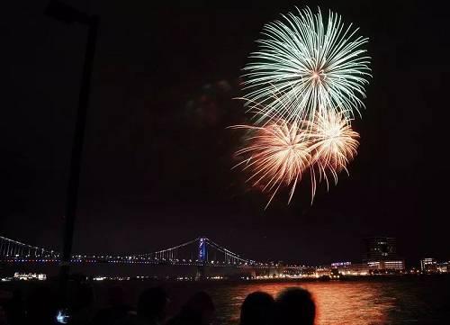 5月25日,产自中国湖南浏阳的烟花在。美国费城码头公园上空绽放。(新华社记者 刘杰 摄)
